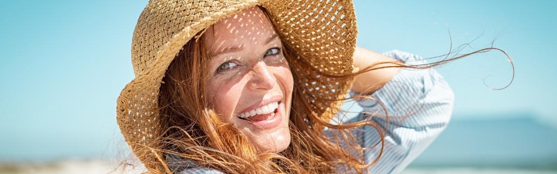ochrona przeciwsłoneczna jest niezbędna dla każdego, kto dba o dobry wygląd swojej skóry.